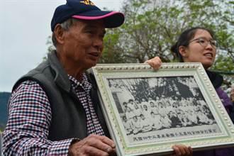 台東》77歲魏其富母校植樹當志工 拿出45年前植樹合影見證歷史