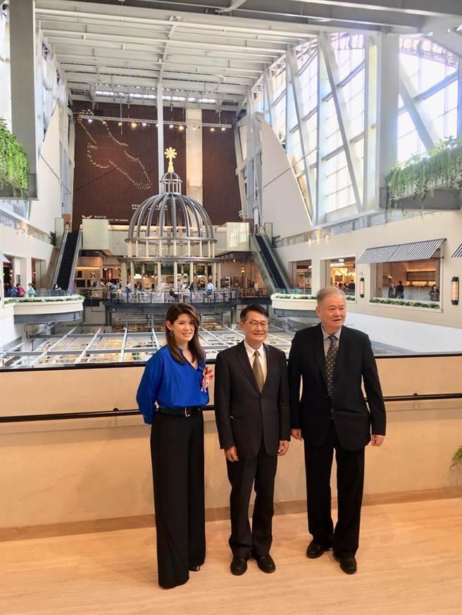 京站董事長林怡均(左)首度與父親日勝生集團董事長林榮顯(右)同台亮相,中者為副市長。(圖/李麗滿)