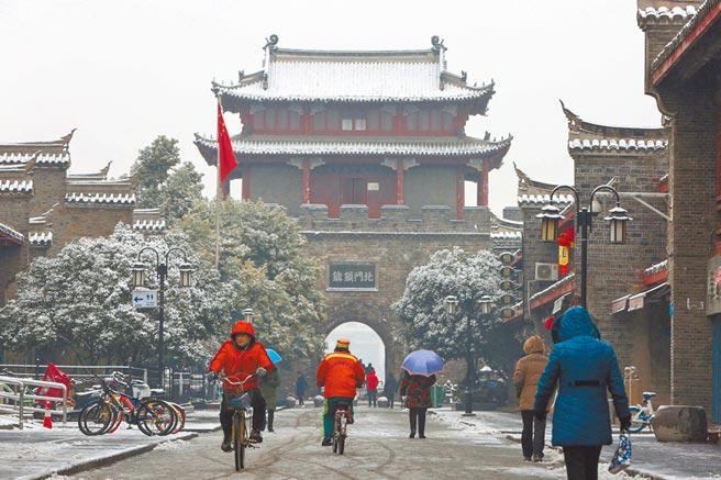 市民往來湖北襄陽古城街頭。(新華社資料照片)