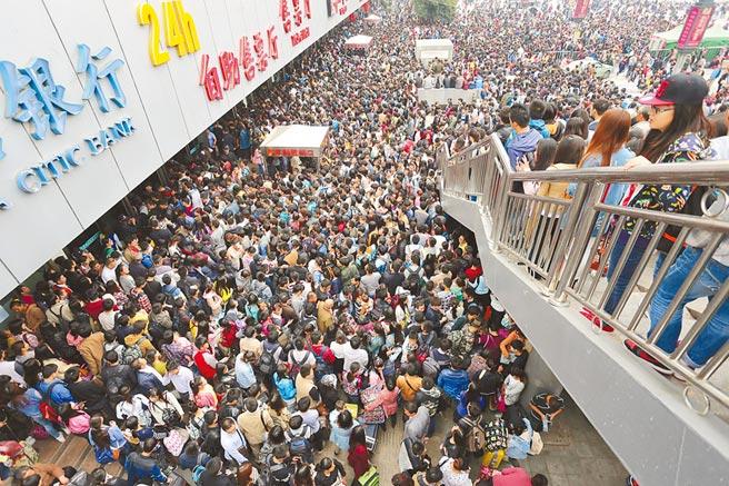 十一長假期間,大批旅客擠爆鄭州火車站廣場。(中新社資料照片)