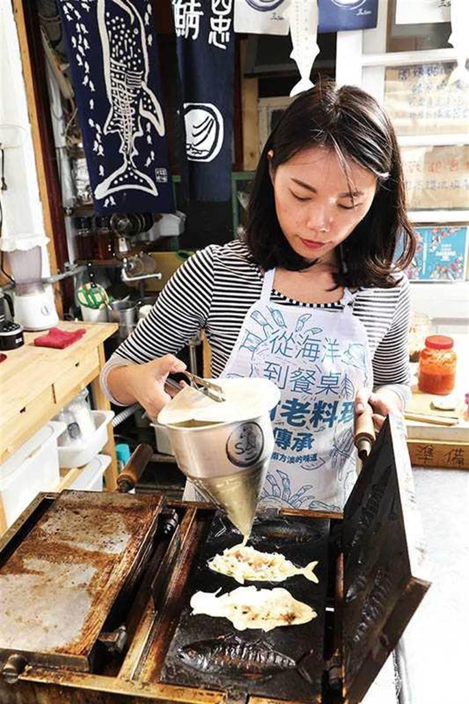叁三的「蝦枝味」採現點現做,滿滿的海鮮餡料大受歡迎(60元/個)。(圖/于魯光攝)