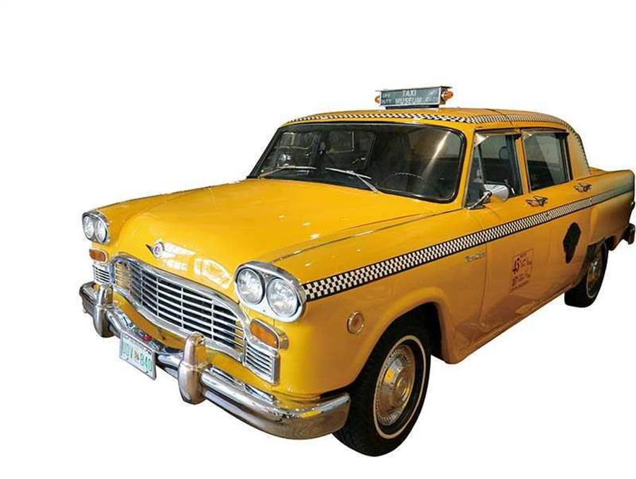 遊客喜歡與館內來自不同國家的計程車合影。(圖/于魯光攝)