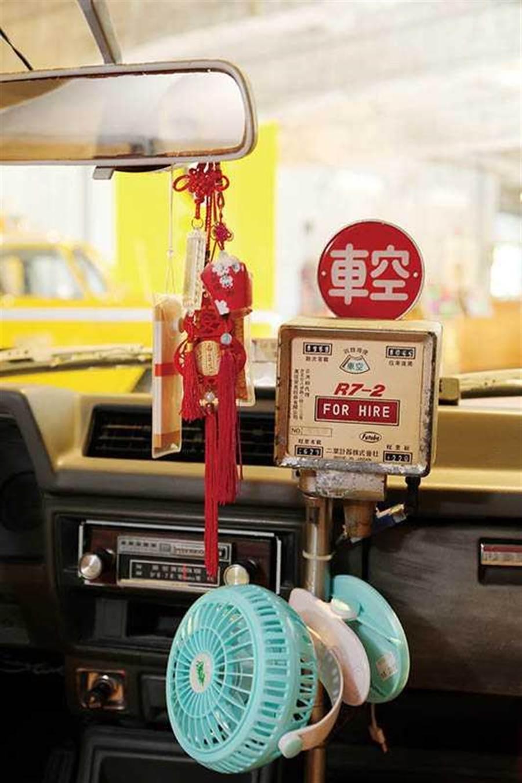 70年代的台灣計程車,內裝復刻當年況味。(圖/于魯光攝)