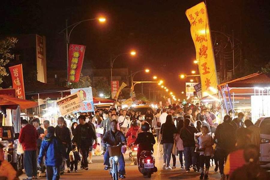 長達兩公里的清溝夜市,是宜蘭在地人偏愛的美食夜市。(圖/于魯光攝)