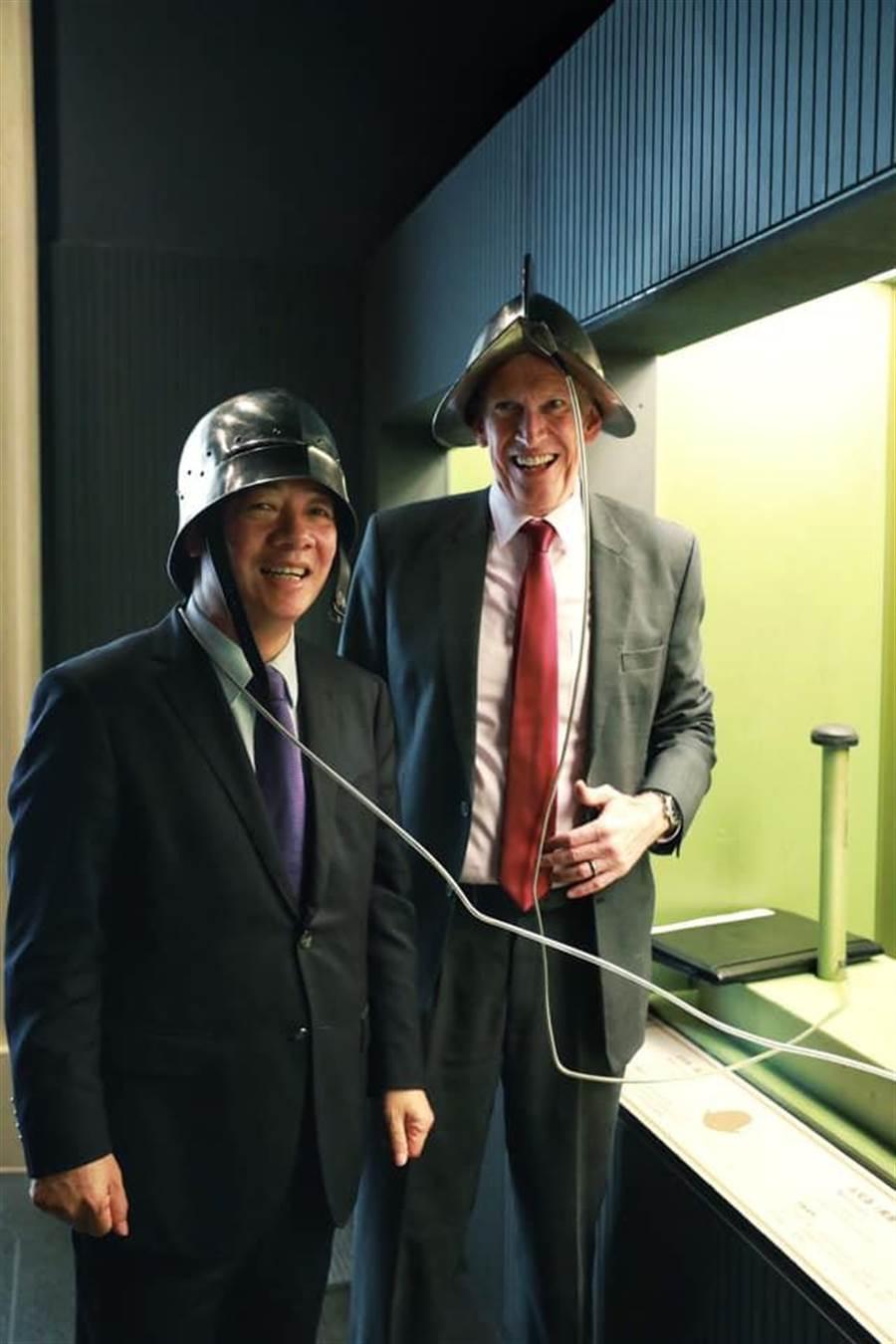 賴清德在臉書還放上他跟莫健一起體驗仿古頭盔,網友大呼「可愛」。摘自賴清德臉書