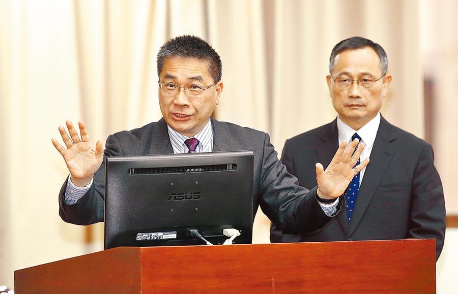 針對全國性酒測暫時取消一事,內政部長徐國勇(左)5日在立法院澄清表示,只是全國性酒測暫時取消,但地方酒測還是會照抓。(姚志平攝)