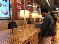 百貨首見!板橋車站美食街立食區裝設透明隔板