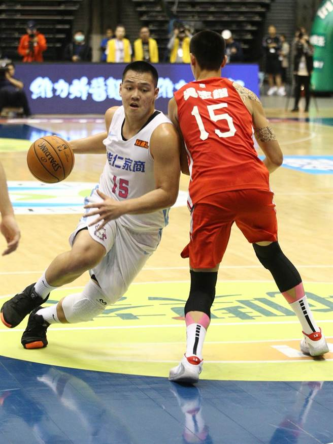 能仁史魯齊(左)打出「雙十」成績單,助隊晉級冠軍賽。(杜宜諳攝)