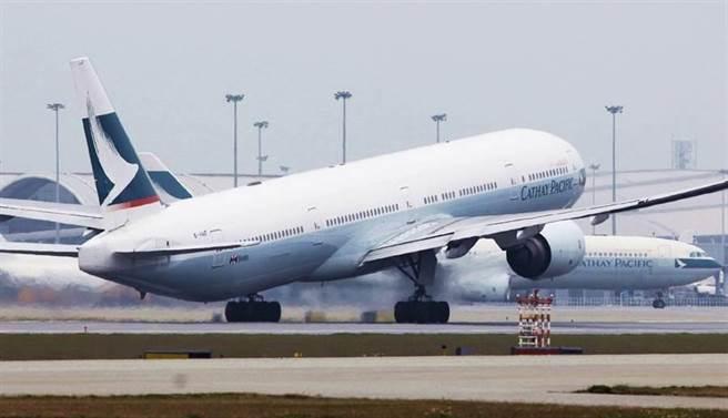 國泰航空驚傳13日後將停飛台港航班,公司表示是更新系統緣故才會一片空白,並沒有要停飛 (圖/美聯社)