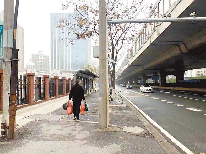1月23日,武漢公共交通停運後,路上人車寂寂。(中新社)