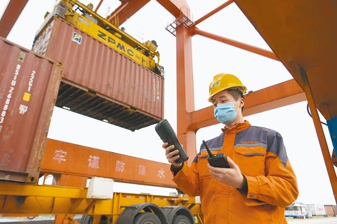 大陸減免港口費、通行費至6月30日。圖為安徽合肥港國際貨櫃碼頭。(中新社)