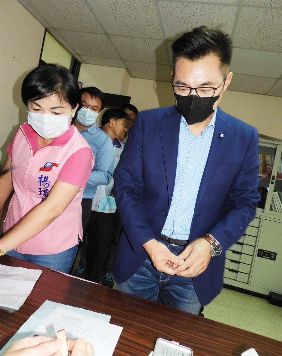 江啟臣在立委楊瓊瓔陪同下,到國民黨台中市黨部第13個投開票所投票。(陳世宗攝)
