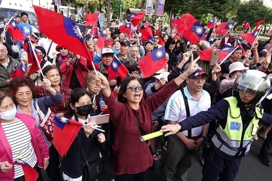 韓國瑜選舉期間造勢活動,不少韓粉集結揮舞國旗。(圖/中時資料照)
