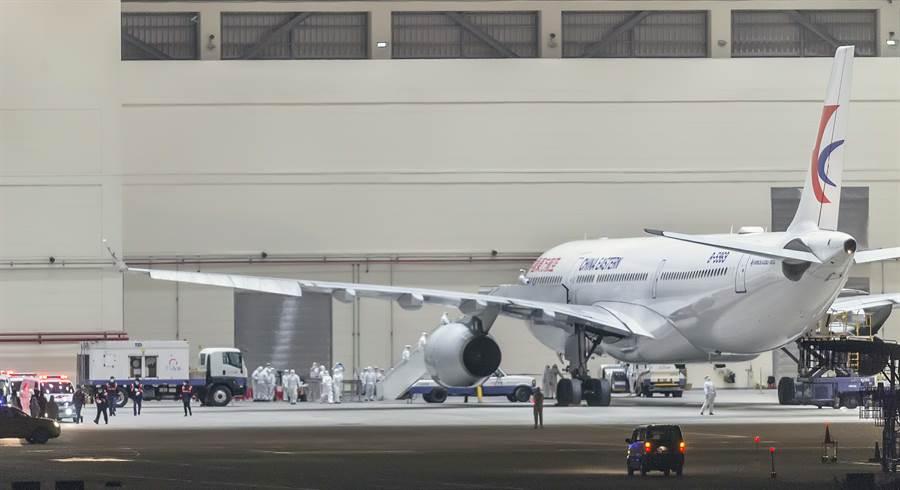 圖為2月3日大陸中國東方航空載送的台胞首班武漢包機返台。(資料照 陳麒全攝)