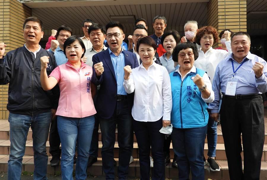 角逐國民黨主席的立委江啟臣(左三),今在台中市長盧秀燕(右三)及民代陪同下前往投票,展現中部本土派的大團結。(陳世宗攝)