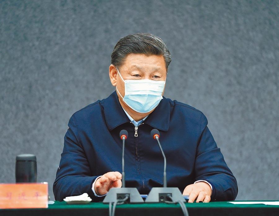 3月2日,大陸國家主席習近平在北京考察新冠肺炎防控科研攻關工作。圖為習近平在清華大學醫學院主持召開座談會。(新華社)