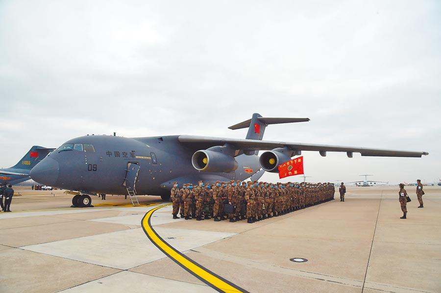 2月13日,一批增援武漢的軍隊醫護人員,乘坐運-20抵達武漢天河機場。(新華社)