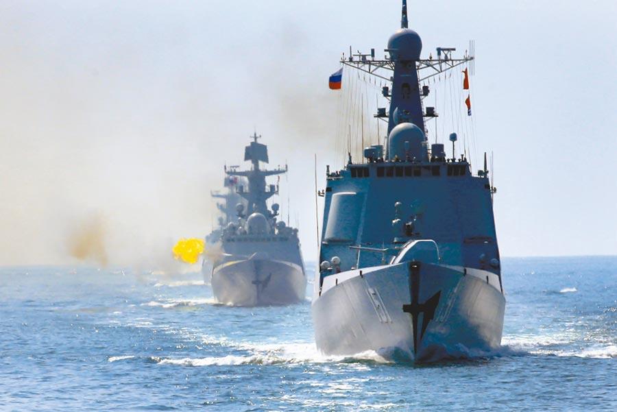 中俄「海上聯合—2016」軍事演習,中俄海軍聯合艦艇編隊進行主炮射擊。(新華社)