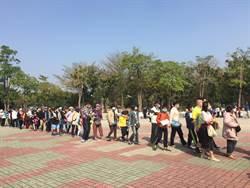 台南企業家送6萬個口罩 逾2000人龍排隊領