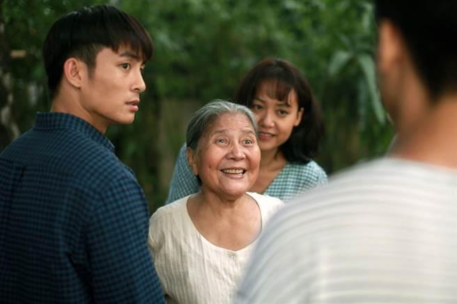 《我,最親愛的》男主角嶺清(左)、國寶級演員黎善飾演可愛阿嬤。(水元素文化傳媒有限公司提供)
