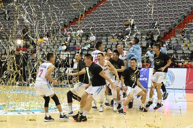 能仁家商獲勝的那一刻,球員在撒下的彩帶中開心慶祝。(鄭任南攝)