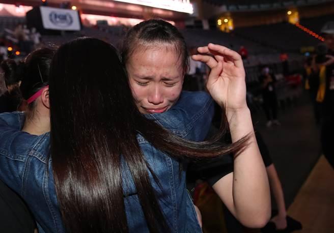 淡水商工王玥媞(後)在教練陳美莉擁抱下,落下開心淚水。(鄭任南攝)