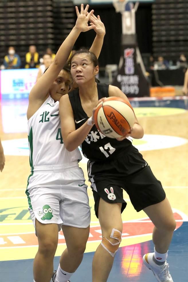 淡商黃淑秀(右)在108學年HBL女子組冠軍賽繳出14分、17籃板「雙十」數據。(鄭任南攝)
