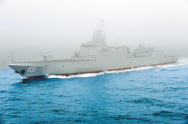 2019年4月23日,解放軍海軍70周年海上閱艦活動在青島舉行,055型萬噸飛彈驅逐艦「南昌」號現身。(新華社)