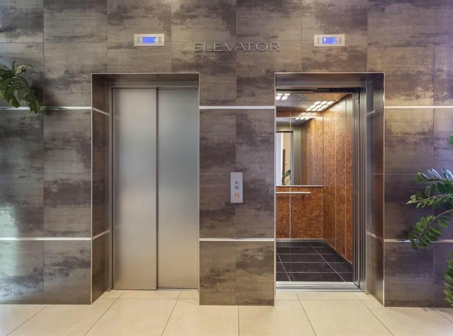 內政部提醒民眾,搭乘電梯身處密閉空間盡量避免交談。(達志影像/shutterstock)
