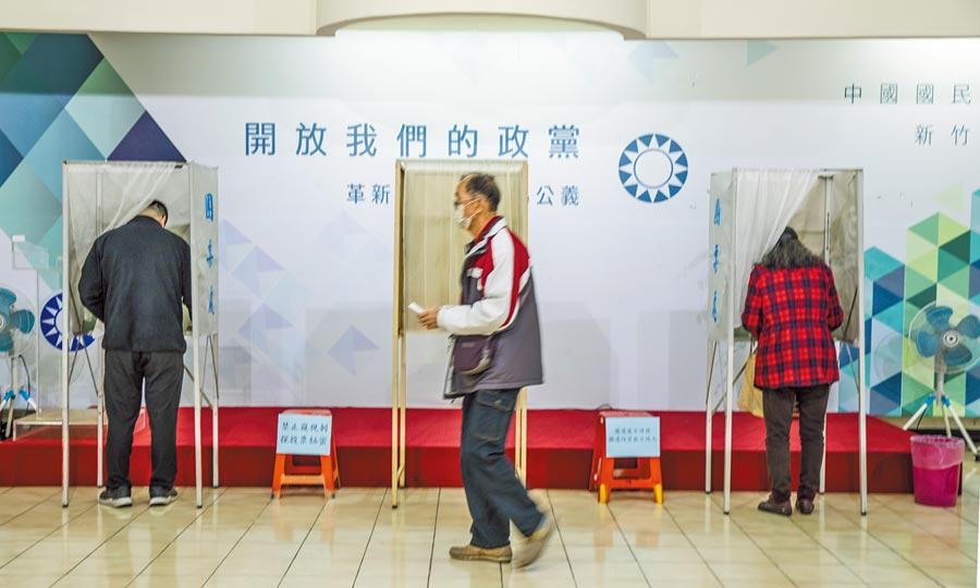 國民黨中常委改選出爐,48位候選人選出32席,包括第一高票的花蓮縣長徐榛蔚共16位現任中常委成功連任,中常會換血50%,圖為國民黨黨員投票。(羅浚濱攝)
