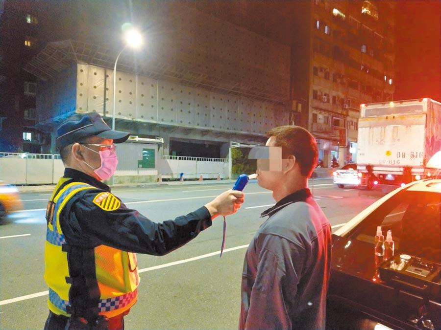 新冠肺炎疫情持續,北市警方酒駕執法勤務絲毫不鬆懈。(台北市警局提供/張立勳台北傳真)