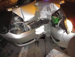男歡唱後駕車自撞 轎車變形卡車內獲救