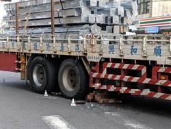 貨車撞機車 騎士捲車下當場身亡