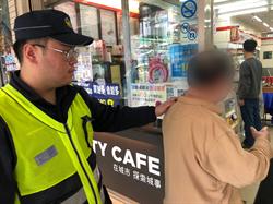 七旬老翁眼花有錢無法領 警協助提款一路守護