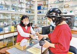 打防疫持久戰 嘉市志工幫藥師賣口罩