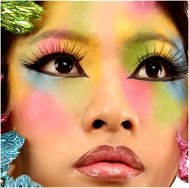 花朵般的春粧,經國美容流行設計系。(朱正生提供)