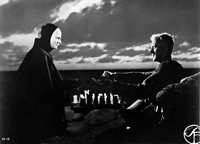 麥斯馮西度(右)在《第七封印》的演出。(摘自IMDb)