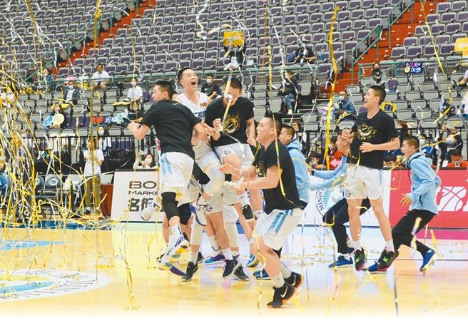 能仁家商擊敗泰山高中奪下HBL男生組冠軍,球員在彩帶中衝進場中慶祝勝利。(鄭任南攝)