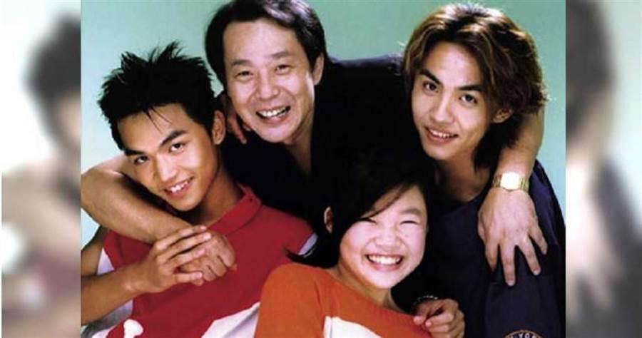 張魁(中)與現任妻子生的3名兒女,張峰奇(左)、張雅淳(中)、楊龍澤(右)都在演藝圈發展。