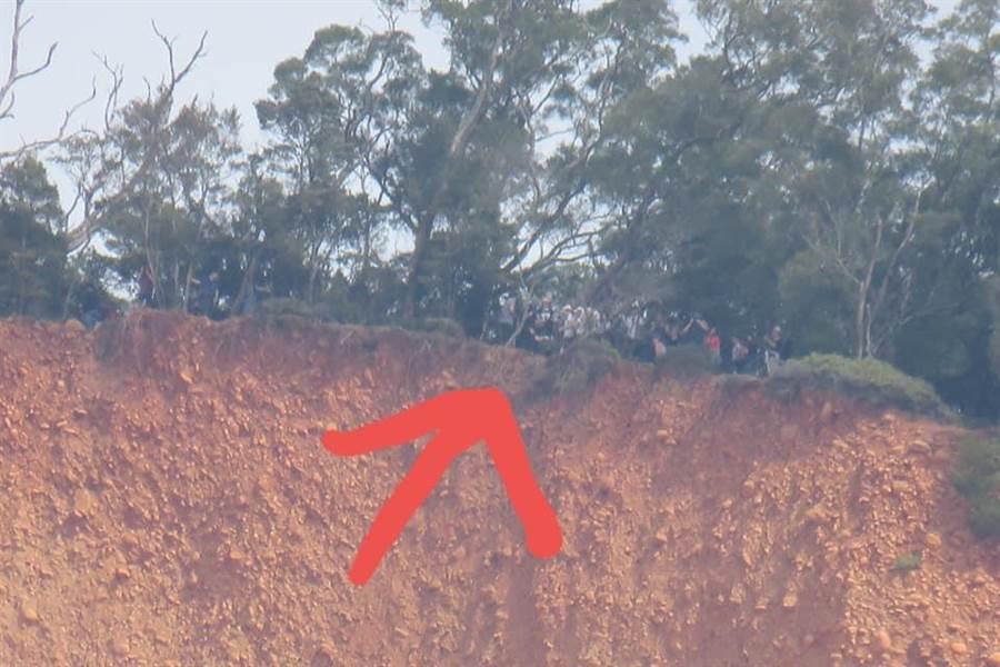 火炎山附近居民時常看見登山客聚集斷崖處,特別將驚人的一幕拍下來PO網,呼籲登山客珍惜生命。(民眾提供/巫靜婷苗栗傳真)
