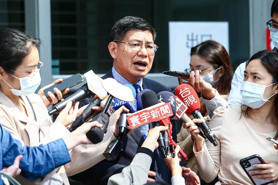 台大公衛學院院長詹長權(中)研判,可預期接下來即將到來的社區傳染才是防疫的艱困期。(鄧博仁攝)