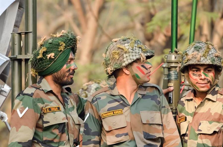 為何印度士兵寧花30分裹頭巾也不戴頭盔?(圖/達志影像)