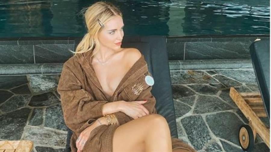 義大利「時尚富婆」Chiara Ferragni 身穿浴袍耍辣。(圖/IG@chiaraferragni)