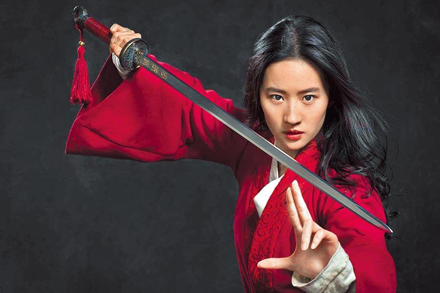 劉亦菲為電影翻唱李玟的《花木蘭》主題曲〈自己〉。(迪士尼提供)