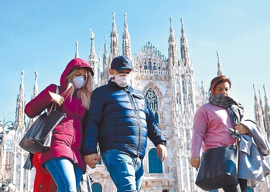 義大利3月8日宣布隔離倫巴底大區。圖為2月24日,人們頭戴口罩走過米蘭大教堂。(新華社)
