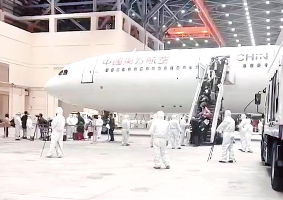 2月3日,由中國東方航空載送的首班武漢返台包機。(讀者提供)