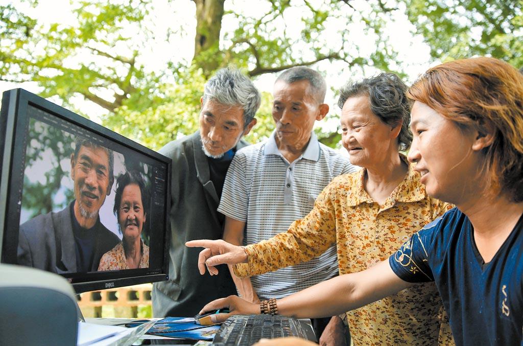 50後更加熟悉網路,逐漸養成了視頻聊天和網購的習慣。(新華社資料照片)