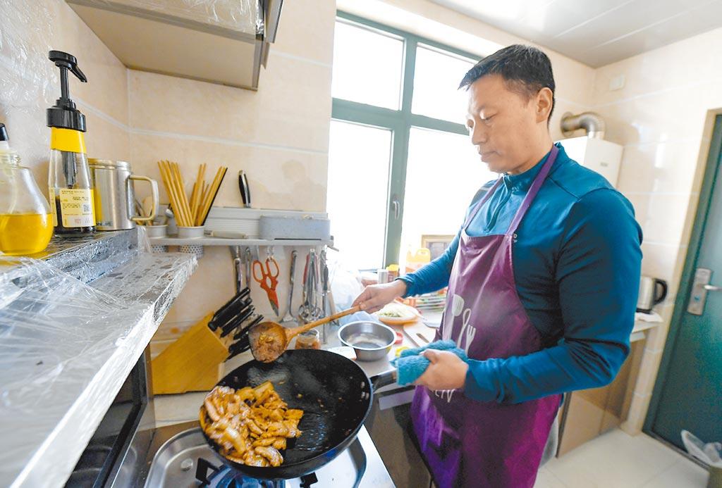 疫情來襲,許多民眾減少外出選擇在家做飯。(新華社資料照片)