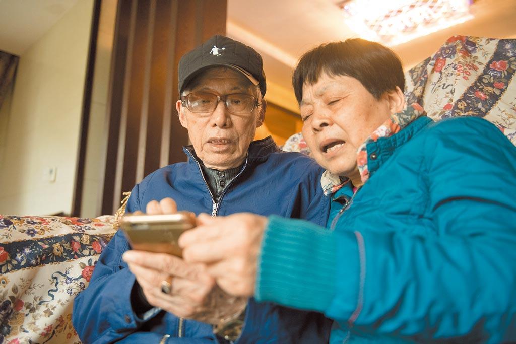 銀髮族在家使用手機。(新華社資料照片)