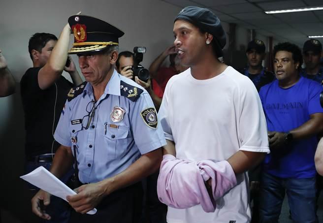 前巴西足球巨星羅納狄紐(右)日前因持假護照闖關,在機場被巴拉圭海關逮捕。(美聯社)